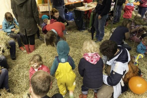 Kinder im Heu_Quelle_Bioculture Robert Klosko