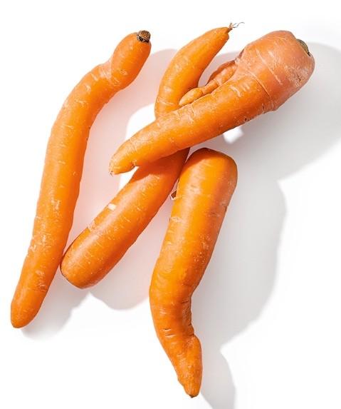 """Viele Lebensmittel gelangen aufgrund optischer Makel nicht in die Regale der Supermärkte und werden aussortiert. Um auf diese Form der Lebensmittelverschwendung aufmerksam zu machen, bietet ALDI SÜD Möhren und Äpfel der Klasse II an. Die """"Krummen Dinger"""", wie sie bei ALDI SÜD gekennzeichnet werden, können Schönheitsfehler aufweisen. In puncto Geschmack stehen sie ihren makellosen Artgenossen aber in nichts nach. Die Bio-Karotten werden ab Ende August, die Äpfel ab Ende September bei ALDI SÜD erhältlich sein."""
