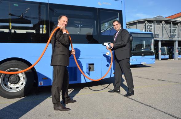 Buschef Ralf Willrett (li.) und Ingo Wortmann zeigen wie das Auftanken funktioniert