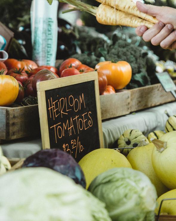 Obststand mit Kürbisen, Pastinaken und Tomaten