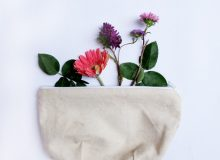 Blumen in Komsetiktasche